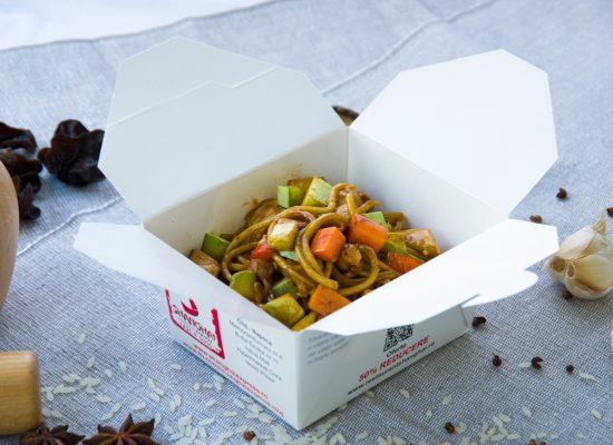 Noodles cu pui și legume